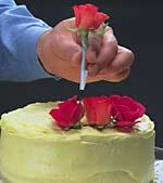 Puoi decorare le torte con fiori freschi presi dal giardino